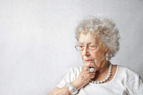 senora-mayor-preguntandose_102671-6953